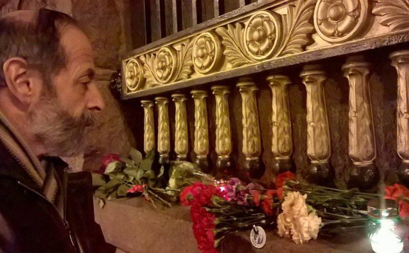 Цветы в память о жертвах теракта в метро 3 апреля